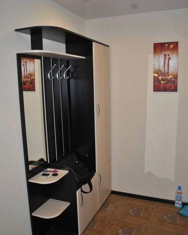 Евроремонт. Новая мебель: кухонный гарнитур, диван, кресло, стенка, встроенный шкаф-купе. Имеется бытовая техника: жк-телевизор, стиральная машина - автомат, холодильник двухкамерный. Низкие к.у. - в квартире индивидуальное отопление. До центра город...