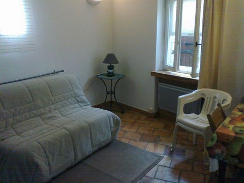 furnished studio with kitchenette, bathroom and terrace. On the ground floor of a villa in a residential area. Ideal person mobility.