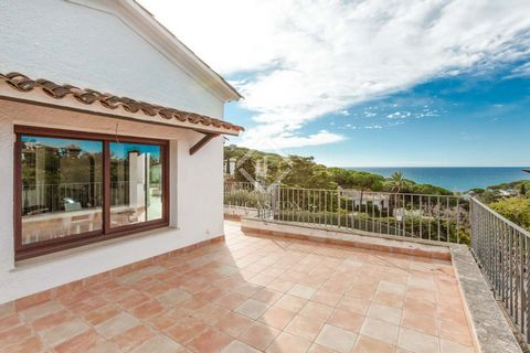 This fantastic Mediterranean-style villa of 450 m² sits on a reasonably level west-facing plot of 1,300 m² with phenomenal sea views and plenty of privacy. It is in the Montgoda residential area, 20 minutes' walk from Lloret de Mar town and just 350 ...