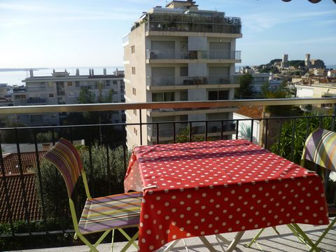 Nice 2 bedroom apartment with sea view situated within 8min walk to Palais des Festivals. It is composed as follows : - living room with sea view - furnished kitchen - balcony with sea view - bedroom 1 with private shower room - bedroom 2 with privat...
