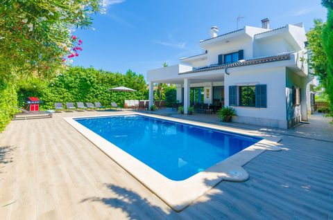 Located in the urbanisation of Son Bauló (Can Picafort), this modern and beautiful chalet, with private pool and only 600 metres away from the sea, offers a second home for no less than 12 - 14 people. The exterior area of this fantastic chalet is fa...