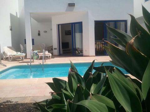 La villa en Playa Blanca posee 3 dormitorio(s) y capacidad para 4 personas. Alojamiento de 80 m² acogedor y totalmente equipado, con vistas al jardín y a la piscina. Se encuentra a 400 m de la playa de arena