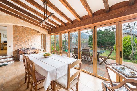 Esta casa encantadora, ubicada en el valle de Sóller, en Biniaraix y al pie de las montañas de la Tramuntana, ofrece un hogar para 6 personas. La vivienda no sólo se encuentra en un lugar de ensueño, rodeado por las montañas, sino también ofrece una ...