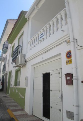 Una casa grande en venta en el pueblo de Cantoria aquí en la soleada provincia de Almería. La planta baja está parcialmente reformada con un espacio de garaje en la parte delantera y espacio de comedor y cocina en la parte trasera con un patio con zo...