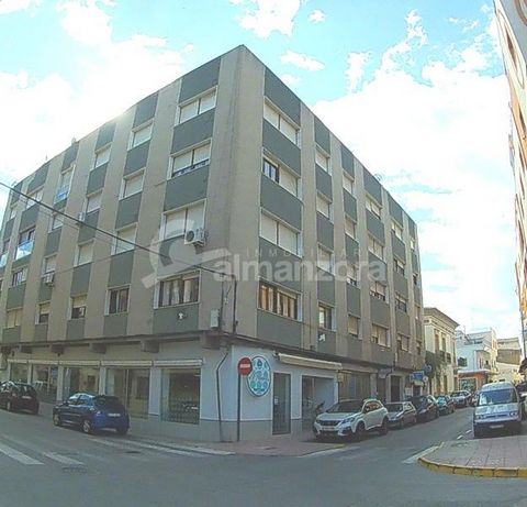 A fourth floor apartment located in Albox town centre, the apartment has entrance hall, leading to a lounge, there are three bedrooms, two bathroom, kitchen and another spacious lounge. The block has use of a lift and and is located in the centre of ...