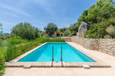 Maravillosa casa de estilo rústico para 6 personas, con piscina privada, enmarcada dentro de un terreno y entorno montañoso a las afueras de Andratx. Todos los recovecos que conforman las áreas exteriores de la finca son inigualables al rodearse de p...