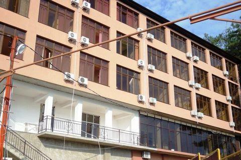 Номер объекта: 37826 Продается новаягостиница 700 м². Гостиница новая, 4 этажа, площадь 700 кв. метров, На 2,3,4-м этажах расположены 24 номера, в каждом номере санузел и душ. На 1-м этаже просторная столовая, 2 большие комнаты. Расположение до моря...