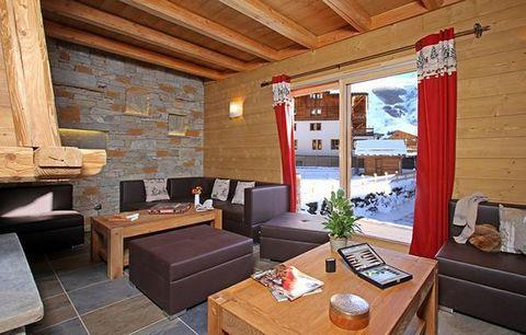 Le Chalet Le Renard Lodge de 210 m² conçu pour accueillir 14 personnes est situé au centre de la station, place de Venosc, aux 2 Alpes. Il se trouve à 200 m des pistes, du télésiège du Diable et de tous commerces et magasins de skis. Un arrêt navette...