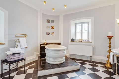 This exceptional holiday apartment is located in a baroque vicarage on the grounds of a castle in Riedenburg in the lower Altmühl valley. The courtyard was built in 1722 following the example of Italian