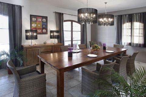 Luxe, le style, la qualité, le confort et l'espace. Une combinaison parfaite pour des vacances réussies sur la Côte d « Azur pour une famille nombreuse ou les familles qui voyagent ensemble. La villa se trouve dans une zone privée, belle résidentiel ...