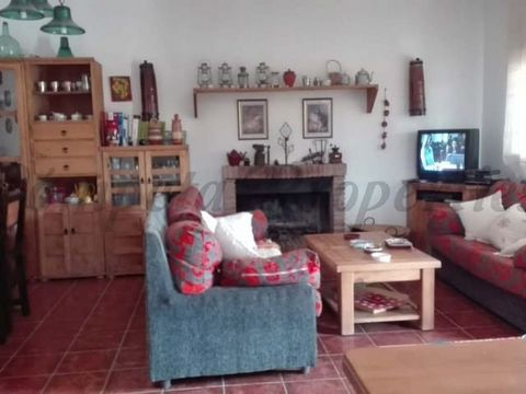 Beautiful country house in Rio Gordo, located in the middle of nature. The house has one floor, has an open living-dining room with a fireplace, has three bedrooms, two of them double, and a full bathroom with shower facilities. This house benefits f...
