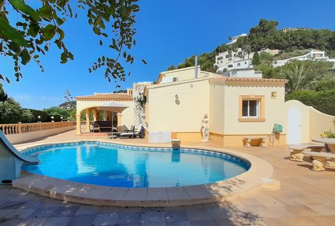 Villa in Moraira, located in a quiet area with magnificent panoramic and sea views (from the top floor) from the Cap d'Or to the Peñón d'Ifach. Just 5 minutes by car from the town center and the beaches. The house, completely renovated, has 2 floors ...