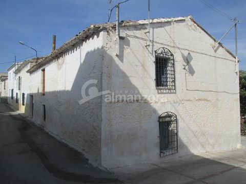 A spacious house for sale in Los Cerricos here in the north of Almeria Province.In need of a refurb, the property is set in the heart of the village , the property has four rooms downstairs suitable for bedrooms or living rooms and also a kitchen and...