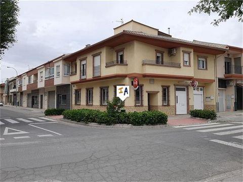 Ubicada en la popular ciudad histórica de Alcalá la Real, en la provincia de Jaén, esta propiedad de 383m2 de construcción está esperando a los amantes de la vida urbana, así como a aquellos que buscan un nuevo negocio con una oportunidad de vivienda...