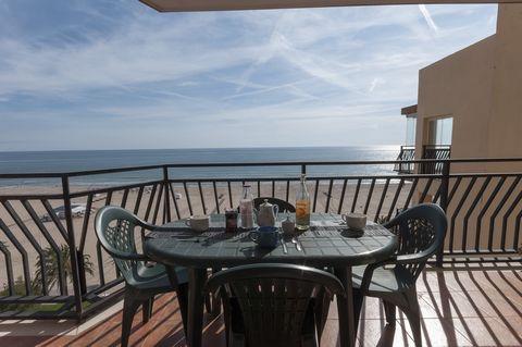 Fantastic apartment on the beachfront, with communal pool and capacity to accommodate up to 7 guests, in Grau i Platja. It is a dream to be able to have a delicious Mediterranean breakfast on the beachfront, while watching the calm blue waters and go...