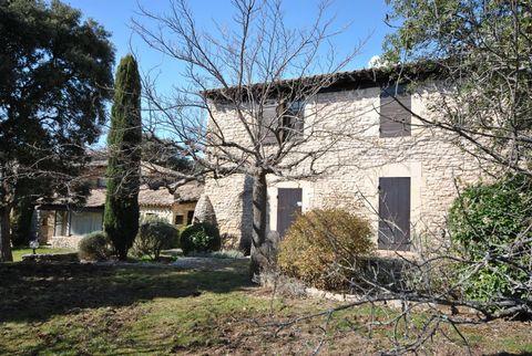 En position dominante, face au Luberon, propriété d'un temps révolu, respirant la Provence, au calme total. 3 hectares de terrain entourent cette viei