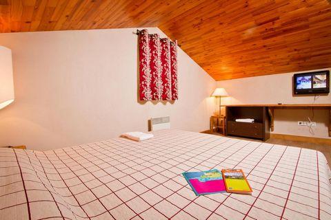 Le Chalet de Montchavin est idéalement situé à 150 m du centre de la station de ski de Montchavin et de ses commerces ainsi qu'à 100 m des premières remontées mécaniques. Cette résidence-chalet de 6 étages compte 28 appartements chaleureux. Des prest...