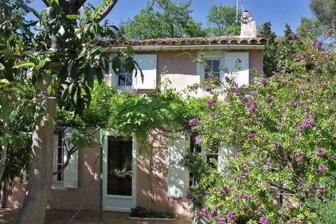 Mas Provençal de charme avec terrasse ombragee. Vous disposez d'un jardin de 500 m2 avec bains de soleil et meubles de jardin. Ouvrez les grandes portes-fenêtres battantes et écoutez chanter les petits oiseaux. Devant la maison, il y a une grande ter...