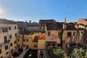 Venice, in the central Cannaregio district, 5 minutes from Rialto and close to Fondamenta Nuove (departure point for the ferries to the airport, to Murano, Burano, Torcello and Lido) with all the necessary shops nearby, an apartment is sold on the th...