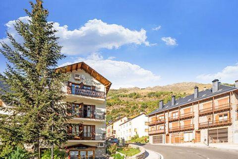 Pase un tiempo memorable en este hermoso apartamento junto a las pistas de esquí en Boí. El balcón ofrece unas vistas fascinantes de las montañas. Un total de 4 personas pueden alojarse en sus 2 dormitorios. Este lugar es ideal para parejas o una fam...