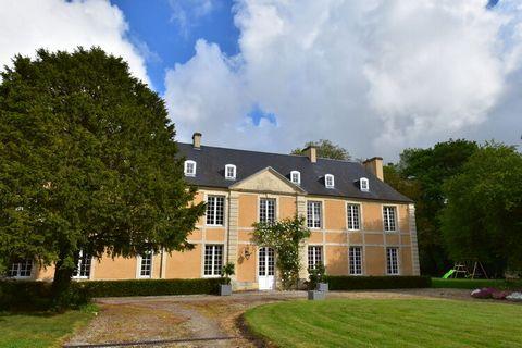 La Grange du Château de Pierrepont est aménagée au 1er étage d'un commun du château datant du XVIIIème siècle. Son accès est indépendant. Le domaine s'étend sur 8 hectares complétement préservés, traversés par une rivière (La Thue) et comportant un é...