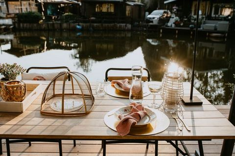 With a vintage interior, this fine chalet with a beautiful terrace is perfect for a recuperative holiday in the north of Belgium. The chalet is perfect for a couple looking for tranquility and breathtaking nature of the various ponds domain Netevalle...