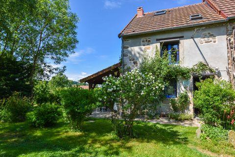 Belle ferme de vacances en Auvergne. Cette maison de vacances est séparée par une grange de la maison du propriétaire. Vous avez vous même votre propre jardin et on ne vous y voit presque pas. Les seuls bruits que vous entendez sont ceux des oiseaux....