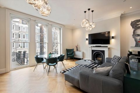 A modern and extremely well presented first floor apartment situated in the heart of Notting Hill benefiting from high ceilings throughout. The apartment spans 725 square feet and boasts a large kitchen / dining room featuring elegant coving, floor t...