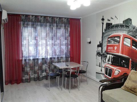 Трех-комнатная квартира. В квартире сделан новый, современный евро- ремонт. Есть все необходимое для комфортного проживания. Две двух-спальные кровати с ортопедическим матрасом, диван, шкаф-купе, мебель на кухне. Вся техника и мебель новая. Кондицион...