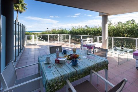 By the beach of Les Marines in Denia, this beautiful and cosy apartment located in a fantastic residential with shared pool welcomes from 4 to 6 guests. A great private terrace with views to the sea and to the residential shared facilities is perfect...