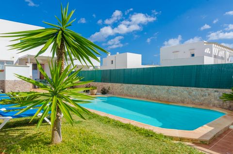 Located on the outskirts of Cala d'Or and a few minutes walking from the sandy cove, this two-storey terraced house with private pool becomes the second home for 6 guests. The cosy garden offers a great chlorine private pool that sizes 7 x 3 metres a...