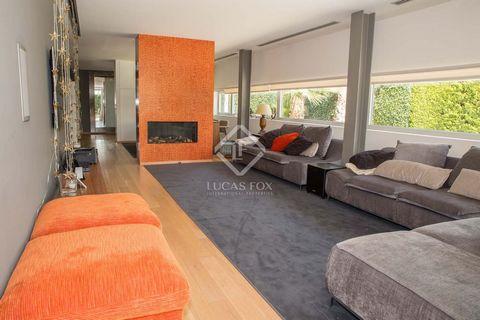 Esta exclusiva vivienda independiente diseñada por su propietario en 2010 cuenta con 674 m² y 1.039 m² de parcela. Lavivienda está pensada y construida para disfrutar, ideal para aquellos que buscan la comodidad y los espacios amplios. En la misma pl...
