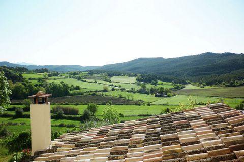 Masía Catalana fortificada del S.XII situada en la comarca de lAnoia del Penedés y a 45 km. de la playa de Sitges. Masía completamente restaurada conservando, en su interior, elementos originales de la antigua fortificación. Esta masía está situada e...