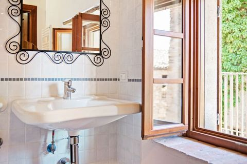 The 3-bedroom holiday home in Ca' De' Grimaldi is ideal for families or small groups. This place can accommodate up to 5 guests. Located in a small quiet place, this home has a living room with fireplace perfect for a family getogether. The nearest r...