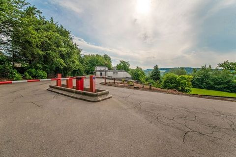 Quietly located holiday home in a holiday park near the town of Malmedy in the province of Liege with a terrace and BBQ. The view from the mountains will enrapture you to spend some time here. 26 km from Monschau across the border in Germany, whereas...