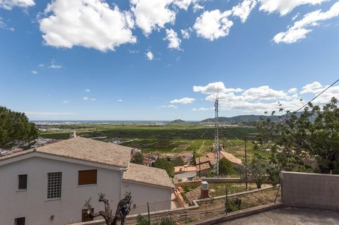 Wonderful house for 6-8 guests, in Ador, with private pool and at only 15 km from Playa de Gandía. Enjoy a privileged mountain view while having a pleasant swim at the private salt pool, - 8 x 7 m and 1.8 m depth -, although there is also an exterior...