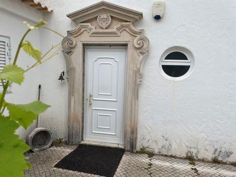 Á entrada de Setúbal,no Grelhal ,ás portas de Setubal, num compromisso entre a cidade e o campo, esta é uma moradia com três quartos servidos por duas casas de banho, um grande salão com lareira, zona de sala de jantar, apoiada por cozinha.Um grande ...