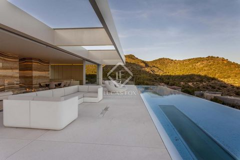 This house, with powerful contemporary features that unite nature and design, enjoys an idyllic location between the sea and the mountains. It is perched on the highest point of Monasterios, overlooking the Mediterranean landscape with its brilliant ...