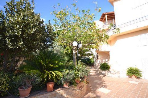 Soleggiato appartamento vacanza, a pochi metri dalla spiaggia e dal mare di sicilia. Si tratta di un appartamento ben arredato, in una villetta circondata da un ampio giardino fiorito, a 70 metri dalla bella spiaggia di sabbia di Timpi Russi, a Sciac...