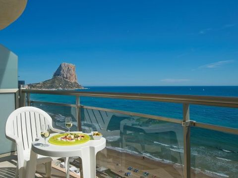 The Hotel Bahia Calpe is a modern 7-storey building with 3 lifts and direct access from the covered parking area (for a fee). Thanks to its location on the ocean, everyone can enjoy the view of the sea and the Peñon de Ifach. The hotel offers modern ...