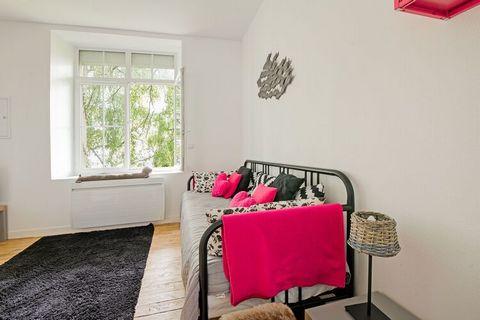 Gîte situé dans une propriété qui borde les quais d'Isigny. Cet appartement, cozy, très clair, moderne et tout équipé sera votre pied à terre idéal pour vos vacances littorales en duo. Il est également situé au coeur d'Isigny, face au port et à proxi...