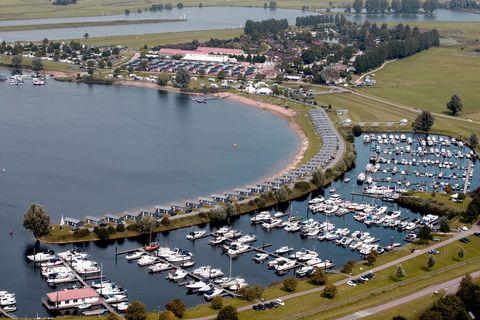 Op het bijzondere vakantiepark Eiland van Maurik staan verschillende type accommodaties met elk unieke eigenschappen. Het type Rivierlodge (NL-4021-02) ligt op steenworp afstand van de recreatieplas en is het meest geschikt voor 4 volwassenen en 2 ki...