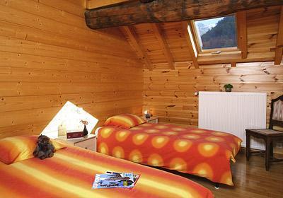 La maison est située à Mont de Lans dans le village, à 5 km des 2 Alpes, relié à la station par un télésiège à 500 m. Le retour à la maison peut se faire en ski. La Maison Montagnarde Les Copains 12 personnes de standing 4* est entièrement équipée, a...