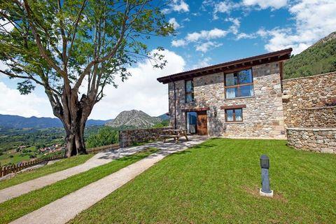 El Fresno se encuentra en una casa rural y tiene impresionantes vistas a los Picos de Europa, al prado y a la Valle. Es de piedra y madera y tiene todas las comodidades de la vida moderna. La decoración y el mobiliario presentan un ambiente acogedor....