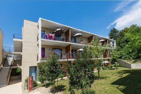 La résidence Le Clos Saint-Michel se compose de plusieurs pavillons modernes comptant deux étages au maximum et des appartements soignés. Elle est aménagée de manière ludique sur un terrain en pente douce avec de nombreux escaliers. Tous les appartem...