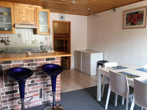 Located in the heart of La Joue du Loup, residence Les Terrasses (5 floors with a lift) offers accommodation from 4 to 8 people, all with a balcony or terrace. Close to shops and restaurants and less than 100 m from the ski slopes, it offers a breath...