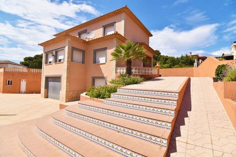 Villa in Calpe (Costa Blanca) with sea view, private pool and only 800 m from the beach La Calalga. This property is 800 m from Mercadona supermarket and 3 km from the centre of Calpe. The airport of Alicante is 80 km away. The villa is built on a...