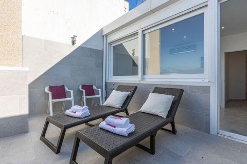 El apartamento en Empuriabrava posee 3 dormitorio(s) y capacidad para 5 personas. Alojamiento de 121 m² confortable y muy luminoso, con vistas al mar y a la montaña. Se encuentra a 600 m del supermercado, 1 km de la playa de arena, 2 km del rio