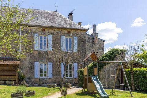 Cette magnifique maison de vacances à Dégagnac contient vraiment tous les ingrédients pour des vacances réussies. Il est adapté aux enfants et dispose d'une piscine (chauffée) et d'un jacuzzi. Idéal pour passer d'agréables vacances avec 2 familles, v...
