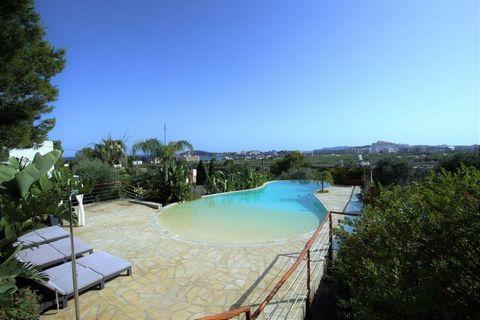 Hermosa villa con vistas al mar, Formentera y al castillo de Ibiza, situada en la zona residencial Puig de Ses Torres de Jesús, al lado de la playa de Talamanca y muy cerca de la playa de s'Estañol. Muy cerca en coche del puerto, centro de Ibiza y de...